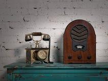 Retro stary drewniany radio i stary telefonu set zdjęcia stock