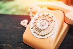 retro stary telefon na drewno stole obraz stock