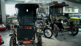 Retro starzy samochody od początek 20 wieku wieka w muzeum zdjęcie wideo