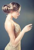Retro stående av en ung kvinna Arkivfoto