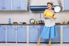 Retro- Stift herauf Mädchenhausfrau in der Küche stockfotografie