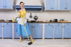 Retro- Stift herauf Mädchenhausfrau in der Küche lizenzfreie stockfotografie
