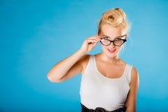 Retro- Stift herauf tragende Brillen der Frau Stockbilder