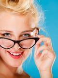 Retro- Stift herauf tragende Brillen der Frau Lizenzfreie Stockfotografie