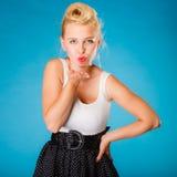 Retro stift upp flickan som överför kyssen Arkivbilder