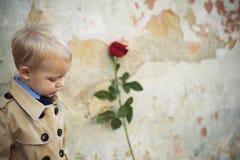 Retro stijl Gelukkige Verjaardag Huwelijk Rood nam toe Romantische datum weinig jongen in uitstekende laag schoonheid E royalty-vrije stock afbeeldingen