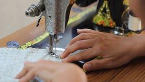 Retro stijl hand naaimachine stock footage