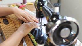 Retro stijl hand naaimachine stock videobeelden
