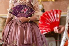Retro stijl koninklijke middeleeuwse bal - het Majestueuze paleis met schitterende mensen kleedde zich in koning en van de koning stock fotografie