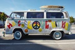 Retro stijl van de hippiebestelwagen Maak liefde niet oorlog psychedelic royalty-vrije stock afbeelding