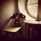 Retro stijlbinnenland met houten meubilair Royalty-vrije Stock Fotografie