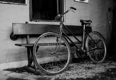 Retro stijlfiets in hoog zwart-wit contrast stock foto