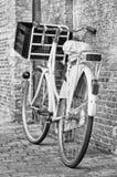Retro stijlfiets tegen een bakstenen muur, Amsterdam, Nederland wordt geparkeerd dat stock fotografie