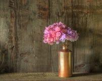Retro stijlstilleven van droge bloemen in vaas Royalty-vrije Stock Afbeeldingen