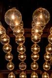 Retro stil av garnering Edison för ljusa kulor på tak i depar royaltyfria bilder