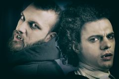 Retro stil av två kalla eleganta ilskna vampyrer arkivfoto