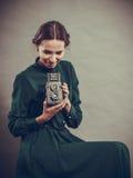 Retro stil för kvinna med den gamla kameran Fotografering för Bildbyråer