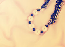 Retro stil för pärlemorfärg halsband Arkivbild