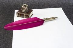 Retro stil filtrerat fotoark av den retro pennan för papperspenna Royaltyfri Fotografi