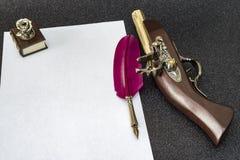 Retro stil filtrerat fotoark av den retro pennan för papperspenna Arkivbilder