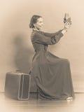 Retro stil för kvinna med den gamla resväskakameran Arkivbild