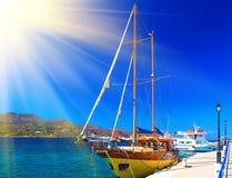 Retro stil piratkopierar skeppet i port av Agios Nikolas, Kreta, Grekland Begreppet av en ljus solig dag med solen rays Arkivfoto
