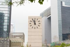 Retro-stil ringklocka som visar fem minuter till tolv Royaltyfri Foto