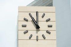 Retro-stil ringklocka som visar fem minuter till tolv Royaltyfria Bilder