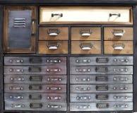 Retro stilbröstkorg av enheten som göras av metall och trä, med enheter av olika format royaltyfria bilder