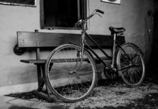 Retro stilcykel i svartvit hög kontrast arkivfoto