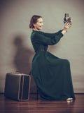 Retro stile della donna con la vecchia macchina fotografica della valigia Immagine Stock Libera da Diritti