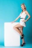 Retro stile della donna sexy con il segno dell'insegna del bordo di presentazione vuota Immagini Stock Libere da Diritti