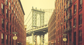 Retro stiliserad Manhattan bro som ses från Dumbo, New York Royaltyfri Foto