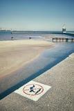 Retro stiliserade inget dykningtecken på en pir med grunt vatten i lodisar Arkivfoton