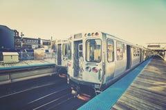 Retro stiliserat foto av ett drev på plattformen i Chicago, USA fotografering för bildbyråer