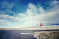 Retro- stilisiertes Bild einer Landstraße mit einem Stoppschild, USA Lizenzfreie Stockfotos