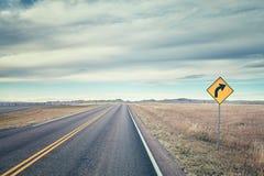 Retro- stilisiertes Bild einer Straße mit Drehungszeichen Lizenzfreies Stockbild