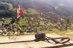 Retro stilkamera på trätabellen fotografering för bildbyråer