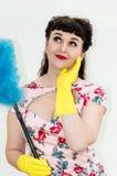retro stilkvinna för 50-tal med dammtrasa- och gummihandskar Arkivbilder