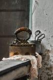 Retro stilleben med den gamla rostiga järn och textilen Royaltyfri Bild