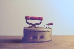 Retro- Stillleben mit altem rostigem Eisen auf hölzernem Stockfotografie