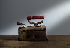 Retro- Stillleben mit altem rostigem Eisen auf hölzernem Hintergrund Stockfotografie
