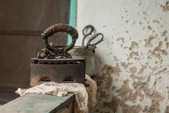 Retro- Stillleben mit altem rostigem Eisen und Gewebe Stockbild