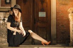Retro stilmodekvinna i gammal stad Royaltyfria Bilder