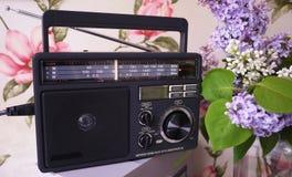 Retro stilradio f?r FM- och f.m.-radiomottagande Kan ocks? lyssna till mappar MP3 Detaljer och n?rbild arkivfoto