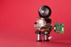 Retro stilrobottecken med chipbrädet Mekanism för leksak för datortillbehör, roligt svart hjälmhuvud på röd bakgrund Kopia s Arkivfoto