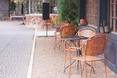 Retro stoel en lijst in restaurant naast de gang bij openlucht Royalty-vrije Stock Fotografie