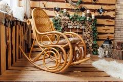 Retro stoel van de tuimelschakelaar houten schommeling op houten vloer Stock Afbeelding
