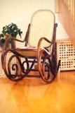 Retro stoel van de tuimelschakelaar houten schommeling op houten vloer als uitstekende memor Royalty-vrije Stock Afbeeldingen