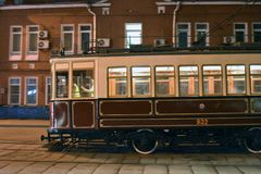 Retro- Straßenbahn-Antriebe im Moskau-Stadtzentrum lizenzfreie stockfotografie